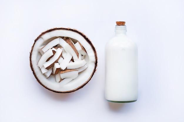 Noix de coco et lait de coco sur fond blanc.