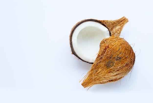 Noix de coco mûre sur blanc.