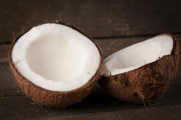 Noix de coco mûre coupée en deux. crème et huile de coco.