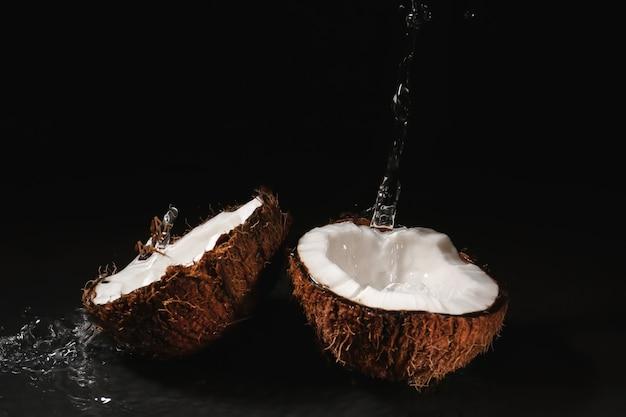 Noix de coco mûre et éclaboussure d'eau