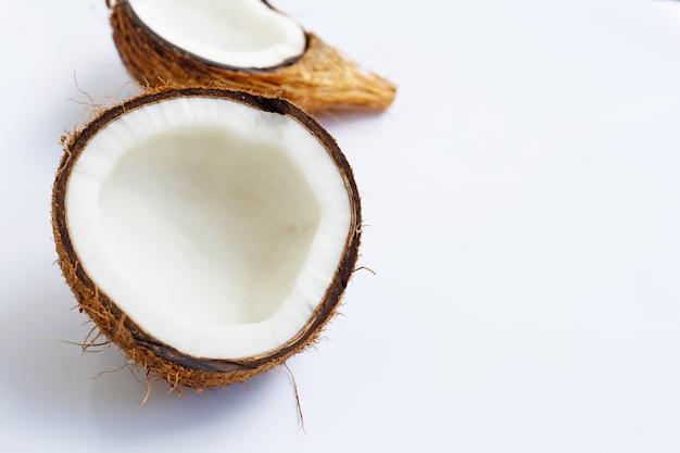 Noix de coco mûres sur blanc. vue de dessus de fruits tropicaux.