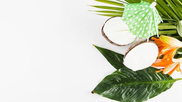 Noix de coco et parapluie cocktail
