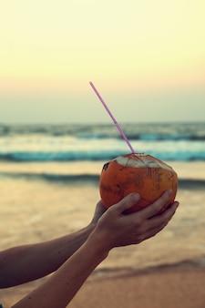 Noix de coco royale en mains