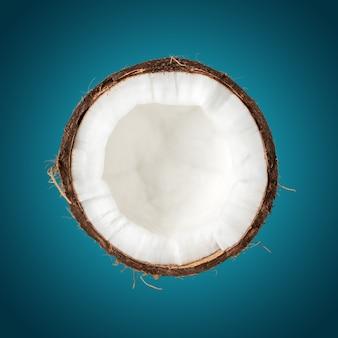 Noix de coco se bouchent sur une surface bleue.