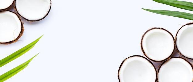 Noix de coco sur surface blanche