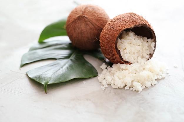 Noix de coco sur une surface en marbre clair