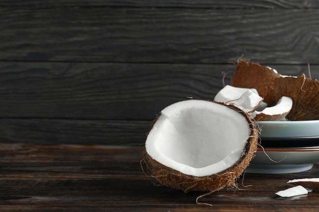 Noix de coco sur table en bois contre dark