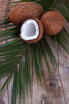 Noix de coco sur une table en bois.