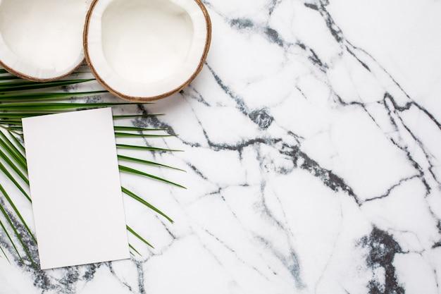 Noix de coco tropicale, carte présente et palmier sur marbre