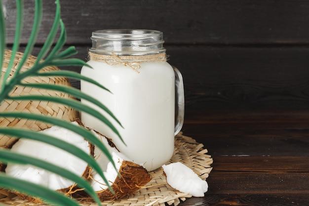 Noix de coco et verre avec lait de coco