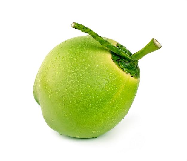 Noix de coco verte goutte d'eau isolé sur blanc