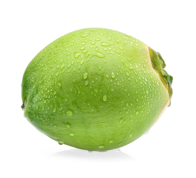 Noix de coco verte goutte d'eau isolé sur fond blanc