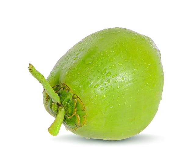 Noix de coco verte goutte d'eau isolé sur une surface blanche