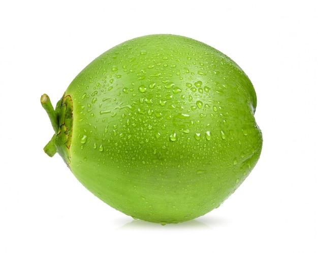Noix de coco verte avec goutte d'eau isolée sur une surface blanche