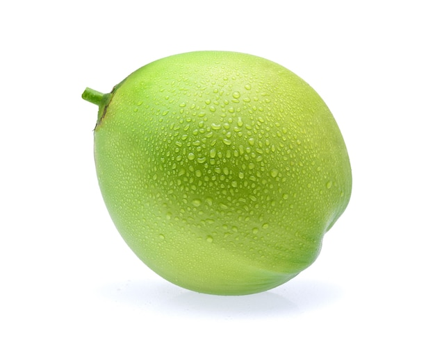 Noix de coco verte goutte d'eau isolée