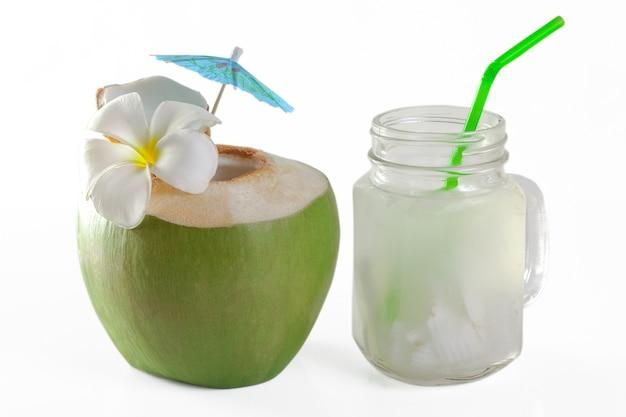 Noix de coco verte avec de la paille à boire isolée