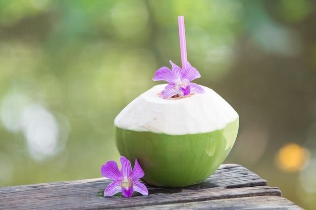 Noix de coco vertes fraîches avec paille