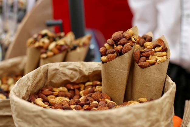 Des noix sur le comptoir en papier kraft, un super aliment inhabituel.
