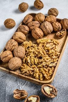 Noix dans une assiette en bois et noyau de noix
