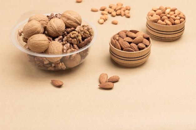 Les noix dans des récipients en plastique et les noix dans des boîtes en bois
