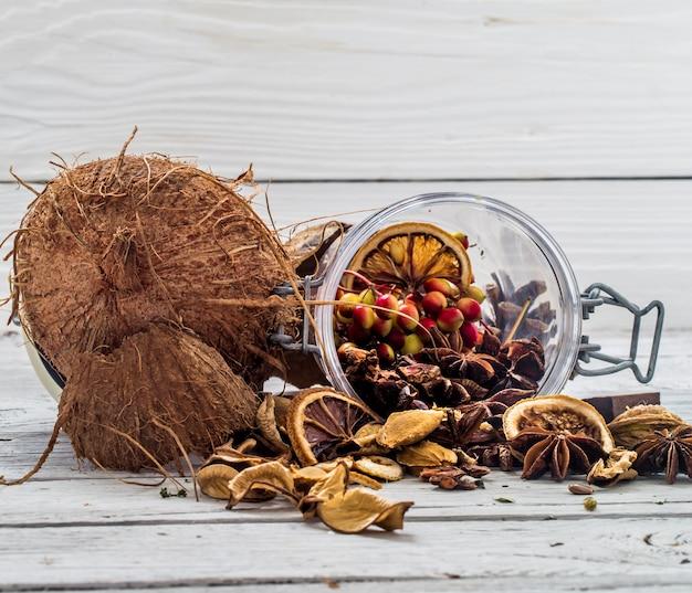 Noix entières de noix de coco copeaux épars de sur fond de bois