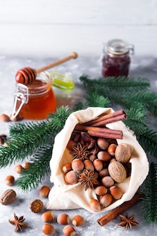Noix et épices entières fraîches