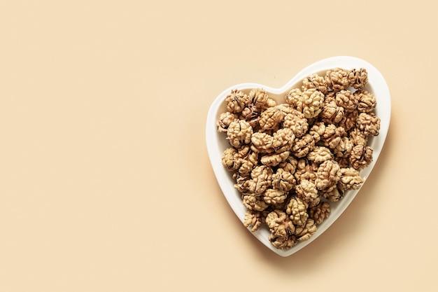 Noix fraîches sans coquilles en forme de coeur concept de noix comme aliment sain pour le coeur