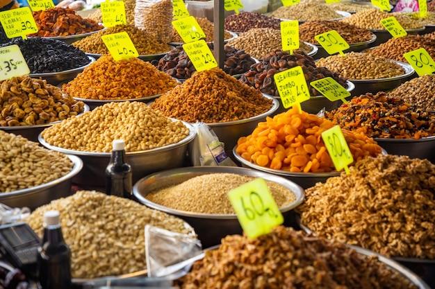 Noix et fruits secs assortis sur le marché turc à antalya en turquie