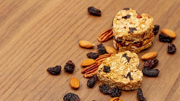 Noix et graines avec boulangerie en forme de coeur