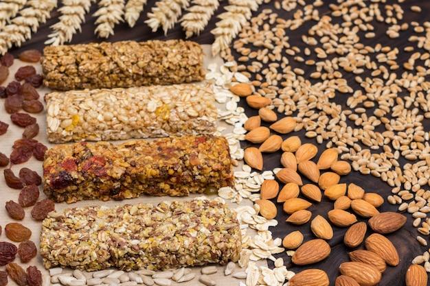Noix, graines, céréales. barre granola protéinée équilibrée. collation végétalienne. vue de dessus. surface en bois. fermer