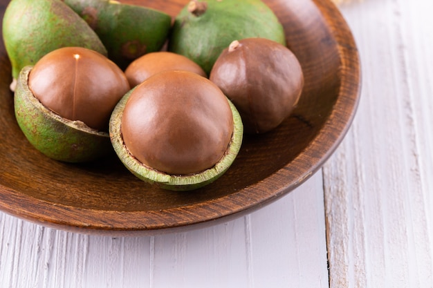 Noix de macadamia bio sur bois