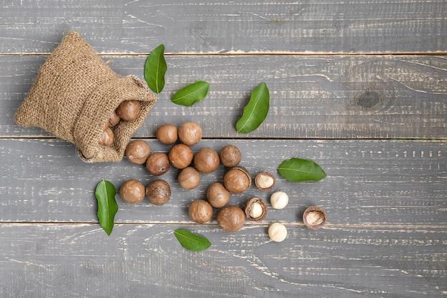 Noix de macadamia bio sur table en bois - filtre vintage.