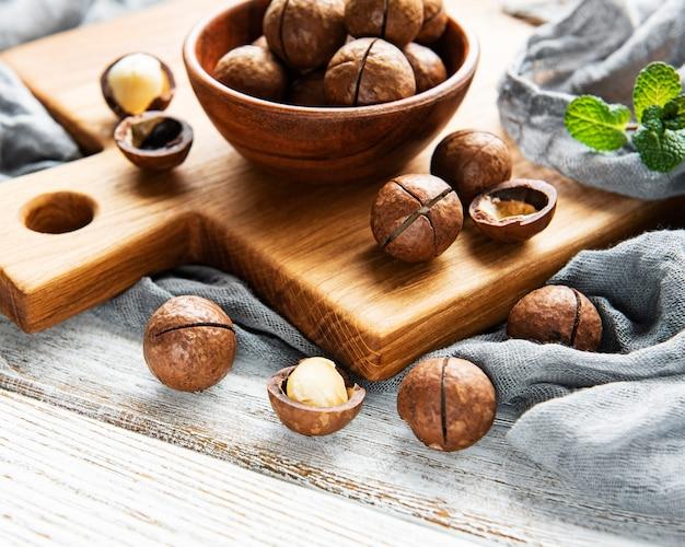 Noix de macadamia bio sur une table en bois