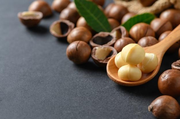 Noix macadamia, sur, bois, cuillère, sur, pierre noire