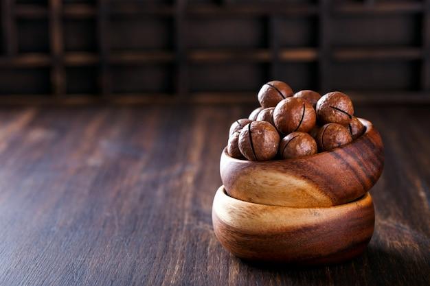 Noix de macadamia en coquille végétarienne. concept d'aliments sains