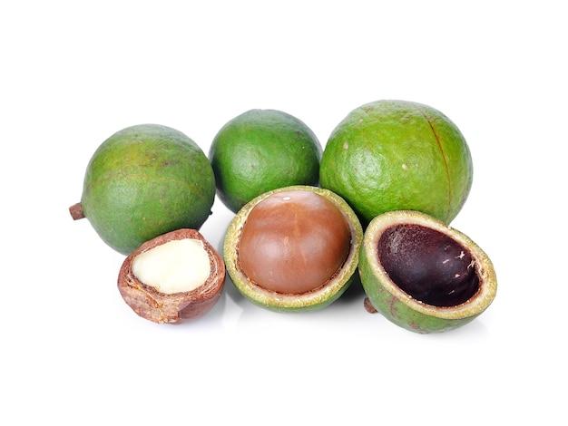 Noix de macadamia sur fond blanc