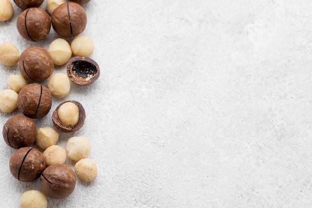 Noix de macadamia à l'intérieur des rouleaux de chocolat copy space