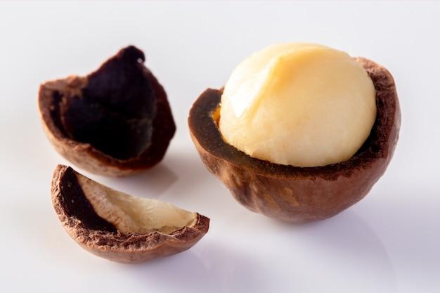 Noix de macadamia isolés sur fond blanc.