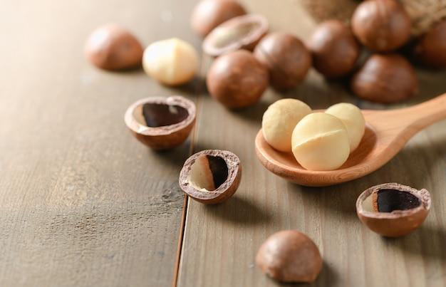 Noix de macadamia sur le vieux fond de bois