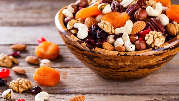 Noix et mélange de fruits secs. concept de nourriture saine.