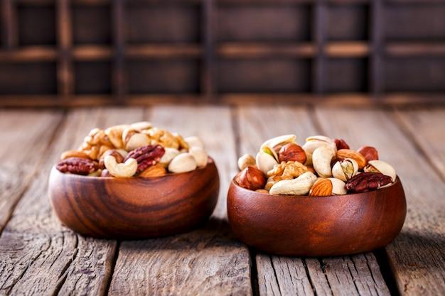 Noix mélangées dans une assiette en bois