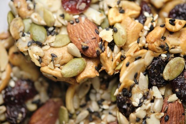 Noix mélangées et fruits secs et graines florentines, aliments entiers sans gluten biscuits sains aux biscuits. situé sur la table du café.