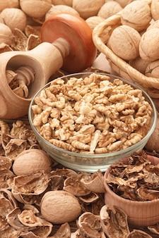 Noix nettoyées avec casse-noix en bois en forme de champignon