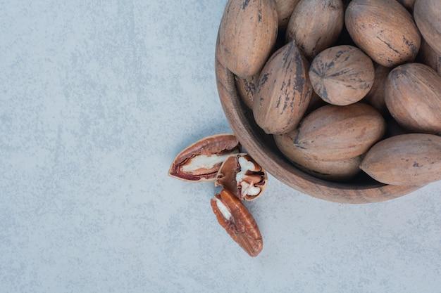 Noix et noyaux de noix dans un bol en bois. photo de haute qualité