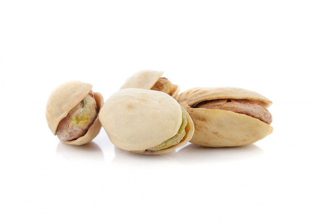 Noix de pistache isolé sur un blanc.