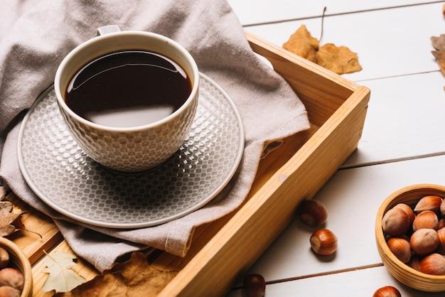 Noix près du plateau avec du café