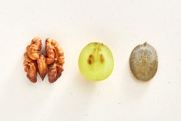 Noix, raisin, pépins de citrouille isolés