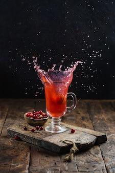 La noix tombe dans la boisson aux fruits.