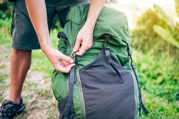Nomade numérique fermant le sac à dos