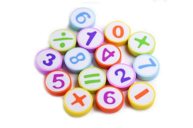 Nombre de math coloré sur blanc.
